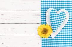 Corazón azul con el flor para el fondo de la ducha del bebé Fotos de archivo libres de regalías