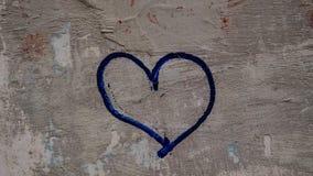 Corazón azul urbano pintado en la pared, símbolo Imagen de archivo libre de regalías