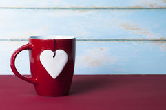 Corazón blanco con la taza roja Concepto de las tarjetas del día de San Valentín Imágenes de archivo libres de regalías