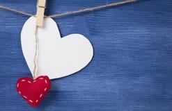 Corazón blanco en blanco sobre la pared de madera Foto de archivo libre de regalías
