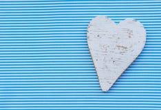 Corazón blanco en el fondo rayado blanco azul en colores pastel para la ducha del bebé Fotos de archivo