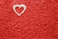 Corazón blanco en fondo rojo Foto de archivo libre de regalías