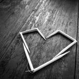 Corazón blanco en la tabla negra Foto de archivo libre de regalías