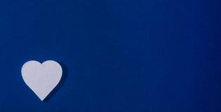 Corazón blanco en tarjeta azul Fotos de archivo