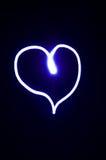Corazón blanco en un fondo negro Imagen de archivo