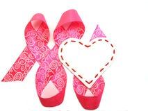 Corazón blanco en una cinta rosada Imagen de archivo