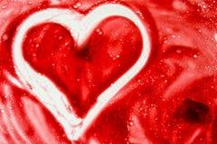 Corazón blanco pintado en fondo rojo Textura del movimiento del cepillo imagen de archivo