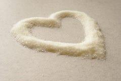 Corazón blanco, vertido con el azúcar Amor del azúcar Nombre cariñoso de amado Fotografía de archivo libre de regalías