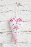 Corazón bordado con una ejecución de la rosa en un clavo para el Ca de saludo imagen de archivo