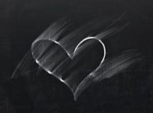 Corazón borrado en la pizarra fotos de archivo libres de regalías