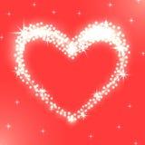 Corazón brillante de luces blancas que brillan intensamente en fondo rojo Fotos de archivo libres de regalías
