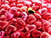 Corazón brillante de oro en un fondo de corazones brillantes rojos Contexto festivo hermoso para el día del ` s de la tarjeta del Fotos de archivo libres de regalías