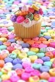 Corazón brillante del caramelo de la magdalena de la tarjeta del día de San Valentín imagen de archivo