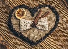 Corazón, café y concepto del amor - corazón adornado con el limón y el canela del café de la arpillera Fotografía de archivo libre de regalías