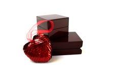 Corazón cerca de una caja Fotos de archivo