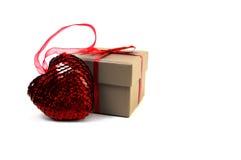 Corazón cerca de una caja Foto de archivo libre de regalías