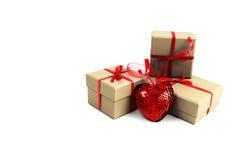 Corazón cerca de una caja Imagen de archivo libre de regalías