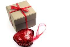Corazón cerca de una caja Imágenes de archivo libres de regalías