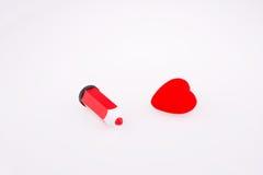 Corazón cerca de una pluma Imagenes de archivo