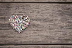 Corazón colorido del amor en el fondo de madera con el espacio para el texto Fotos de archivo libres de regalías