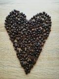 Corazón con café en el escritorio Imagen de archivo libre de regalías