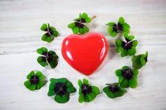 Corazón con el trébol afortunado, tréboles, cumpleaños, día del ` s de la tarjeta del día de San Valentín, Imagenes de archivo