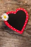 Corazón con la flor de la margarita Fotos de archivo