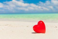 Corazón con la playa tropical imagen de archivo libre de regalías