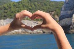 Corazón con las manos imagenes de archivo
