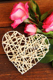 Corazón con las rosas para el día del ` s de la tarjeta del día de San Valentín del día de fiesta Fotos de archivo