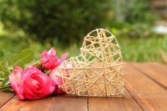 Corazón con las rosas para el día del ` s de la tarjeta del día de San Valentín del día de fiesta Fotografía de archivo