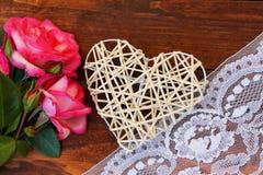 Corazón con las rosas para el día del ` s de la tarjeta del día de San Valentín del día de fiesta Imagen de archivo