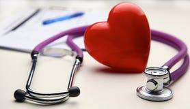 Corazón con un estetoscopio médico, aislado en el fondo blanco Foto de archivo libre de regalías