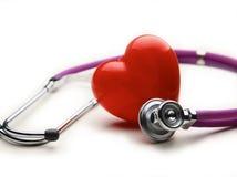 Corazón con un estetoscopio médico, aislado en el fondo blanco Fotografía de archivo