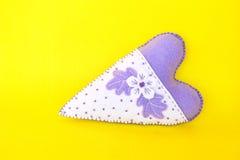 Corazón cosido mano del fieltro Símbolo del día de tarjetas del día de San Valentín Decoración hecha a mano del fieltro en fondo  Fotografía de archivo libre de regalías