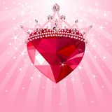 Corazón cristalino con la corona en fondo radial Imagen de archivo