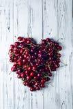 Corazón de cerezas De las cerezas alineadas con un corazón grande Imágenes de archivo libres de regalías