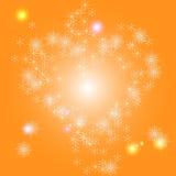 Corazón de copos de nieve en un fondo brillante del invierno Imagenes de archivo
