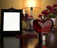 Corazón de cristal, marco y un vidrio de vino Fotografía de archivo