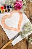 Corazón de la acuarela con la gama de colores y el cepillo Imagen de archivo libre de regalías