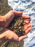 Corazón de la arena en manos fotografía de archivo