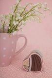 Corazón de la caja de regalo en fondo rosado Imagen de archivo