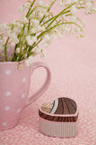 Corazón de la caja de regalo en fondo rosado Foto de archivo libre de regalías