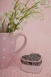 Corazón de la caja de regalo en fondo rosado Fotos de archivo