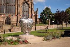 Corazón de la escultura de acero, delante de la iglesia de monasterio de Rotherham Imágenes de archivo libres de regalías