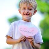 Corazón de la explotación agrícola del niño imagen de archivo libre de regalías