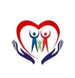 Corazón de la familia que lleva a cabo el logotipo del icono de las manos Imagenes de archivo
