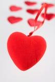 Corazón de la felpa contra pequeños corazones Foto de archivo libre de regalías