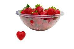 Corazón de la fresa y cuenco de fresas Foto de archivo libre de regalías