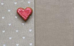 Corazón de la galleta del amor en servilleta Concepto de la tarjeta del día de tarjetas del día de San Valentín Imagen de archivo libre de regalías